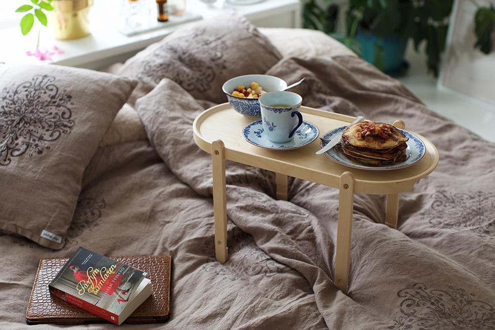 Brunch på sängen och tips på småtrevlig bok!