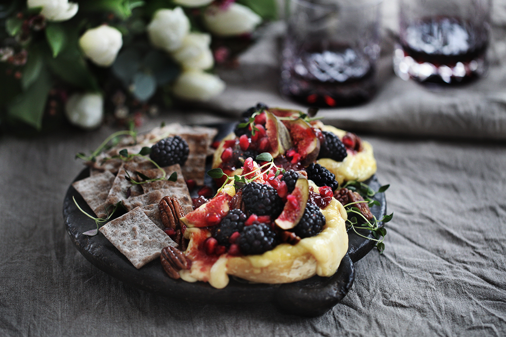 Ugnsbakad Brietårta med björnbär och fikon_myrberg