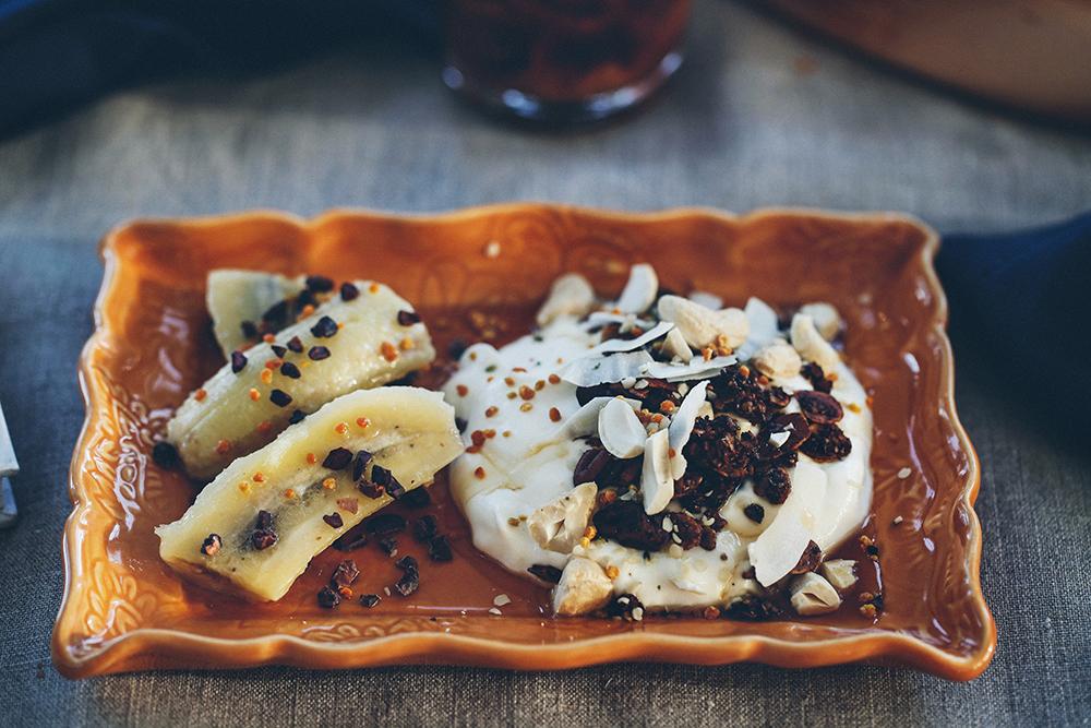 Godmorgon Torsdag med banana split bowl, Indigo och lila palettblad.