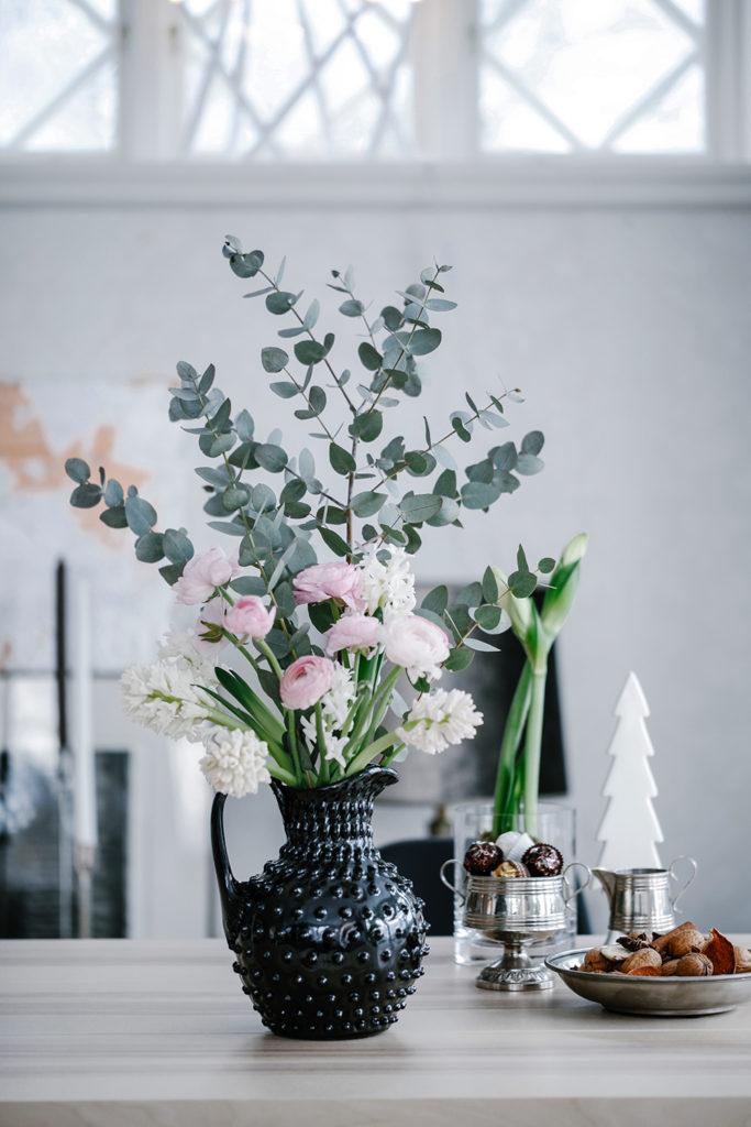 Bukett med hyacint, ranunkel, eucalyptus